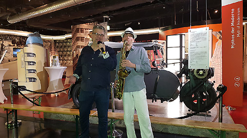 Live Saxophonist Ron mit DJ Tommy aus Berlin im Story of Berlin Museum